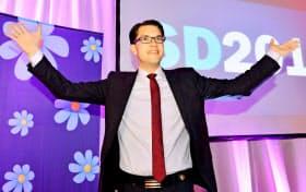 「反移民」で支持を広げる極右政党・スウェーデン民主党のオーケソン党首(2014年9月、ストックホルム)=ロイター