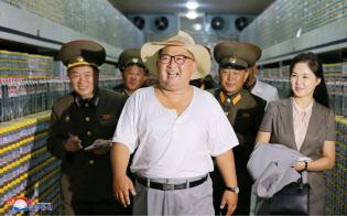 塩辛加工工場を李雪主夫人と視察する金正恩委員長。朝鮮中央通信が8日報じた=朝鮮中央通信・朝鮮通信