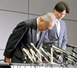 辞任を表明し、頭を下げる日本ボクシング連盟の山根明会長(左)(8日午後、大阪市北区)