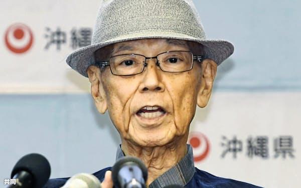 7月27日、沖縄県庁で記者会見する翁長雄志知事=共同