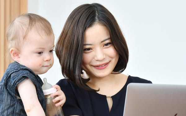 自宅で子供の世話をしながら働くAI開発シナモンの平野未来社長(東京都内)