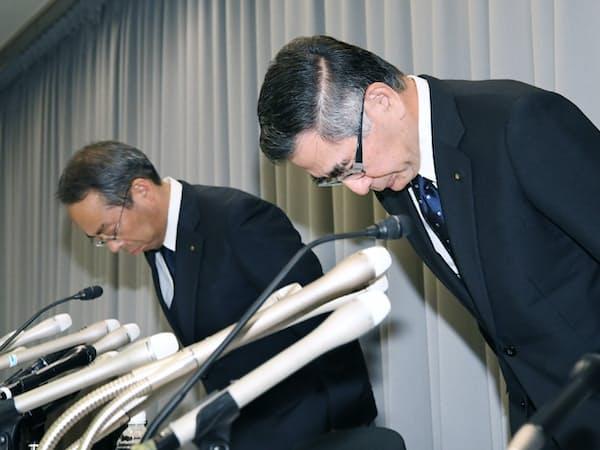排ガス検査問題について記者会見で謝罪するスズキの鈴木俊宏社長(右)(9日午後、東京都千代田区)