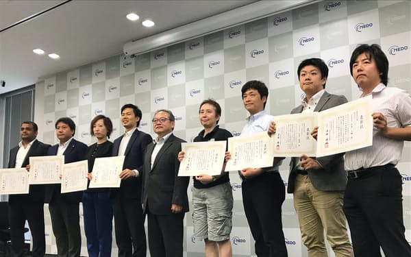 DeepXの那須野社長(左から4人目)らに表彰状が手渡された