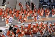 「よさこい祭り」で華やかに舞う踊り子たち(9日午後、高知市)=共同