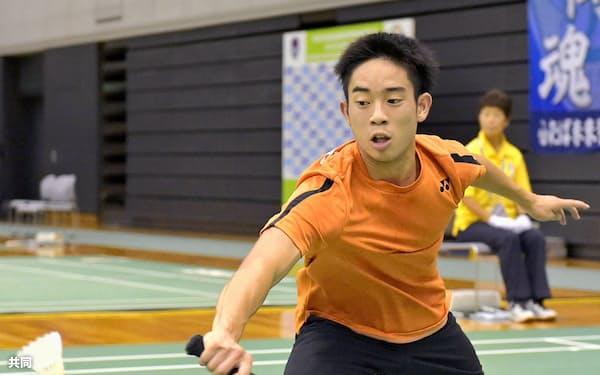 男子シングルスで優勝した埼玉栄・緑川大輝(9日、浜松アリーナ)=共同