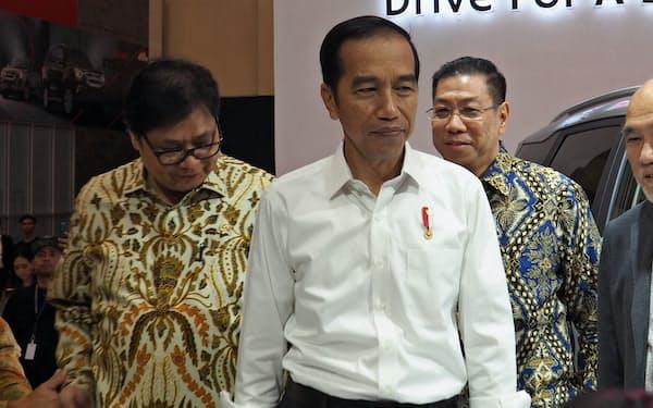 経済の視察を行うインドネシアのジョコ大統領(2日、ジャカルタ郊外)