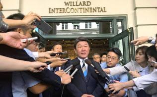 FFR初会合を前に記者団の取材に応じる茂木敏充経済財政・再生相(9日、ワシントン)