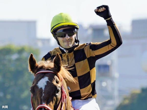 ルメールは年間200勝を目指す(写真は6月の安田記念優勝時、東京競馬場)=共同