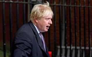イスラム女性が着用するブルカを「郵便ポスト」のようだと評した英国のジョンソン前外相=ロイター