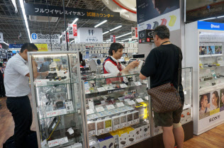 販売員と相談しながら選べる試聴コーナーを設ける店舗が増えている(東京都千代田区のビックカメラ有楽町店)