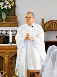 頭ケ島天主堂での記念ミサで「頭ケ島の集落」の価値について話をする前田万葉枢機卿(10日、長崎県新上五島町)=共同