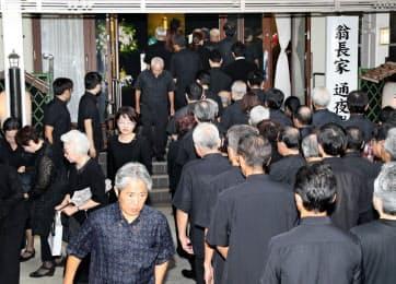 多くの弔問客が訪れた翁長沖縄県知事の通夜(10日、那覇市)