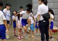 双葉郡小学校絆づくり交流会では、昔ながらのゴム跳びも登場(10日、福島県郡山市)