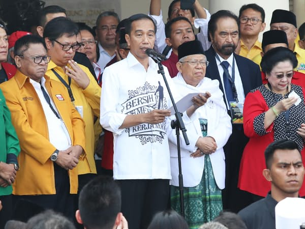 インドネシア副大統領候補に指名したアミン氏(中央右)を支持者に紹介するジョコ大統領(10日、ジャカルタ)=石井理恵撮影
