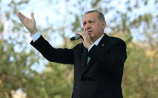 10日、トルコ北東部バイブルト県で演説するエルドアン大統領=ロイター