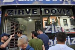 10日、イスタンブールの両替所には多くの客が集まった