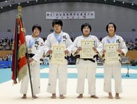 女子団体で優勝し、笑顔を見せる夙川学院の選手ら(11日、津市産業SC)=共同