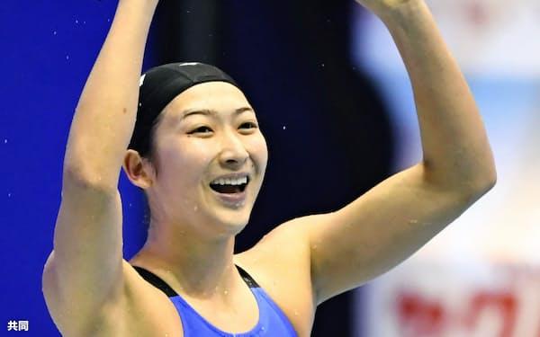 女子100メートルバタフライを日本新記録で優勝し、ガッツポーズする池江=共同