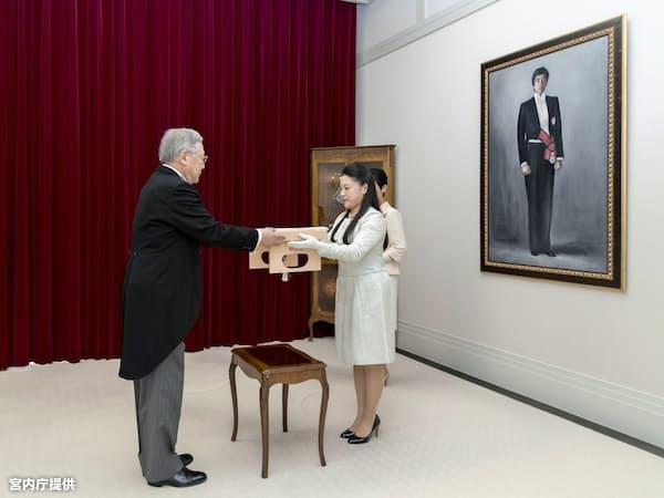 納采の品の目録を受け取る高円宮家の三女、絢子さま(12日、東京・元赤坂の高円宮邸)=宮内庁提供