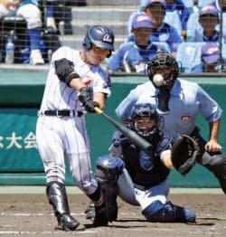 浦和学院―仙台育英 8回表浦和学院無死、蛭間が左中間に本塁打を放つ。捕手阿部(12日、甲子園)=共同