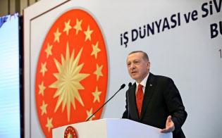 12日、トルコ北東部トラブゾンで演説したエルドアン大統領=ロイター