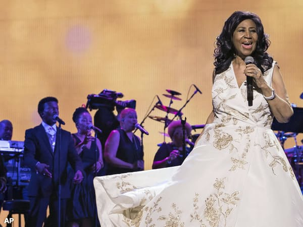 歌うアレサ・フランクリンさん(2017年4月、ニューヨーク)=AP