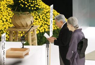 2015年の全国戦没者追悼式でお言葉を述べる天皇陛下