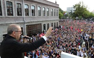 エルドアン大統領は国民に「金利のわなには落ちない」と訴えた(12日)=AP