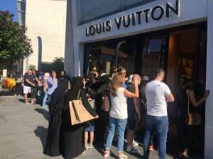 高級ブランド店では入店待ちの行列ができた(14日、イスタンブール)
