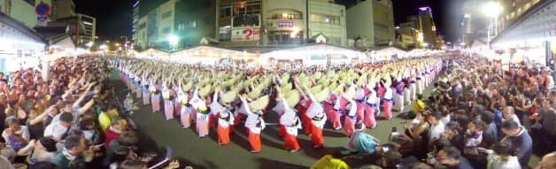 1000人以上が踊る「総踊り」は市中心部の道路上で行われた(13日)=超広角レンズ使用