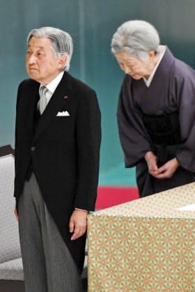 全国戦没者追悼式に参列した天皇、皇后両陛下(15日、東京都千代田区)