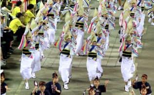 初日のフィナーレ、南内町演舞場で踊る、振興協会を脱会したゑびす連の踊り子(12日)