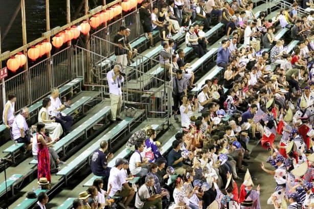従来の総踊りが中止になり、演舞場では空席もみられた(12日)