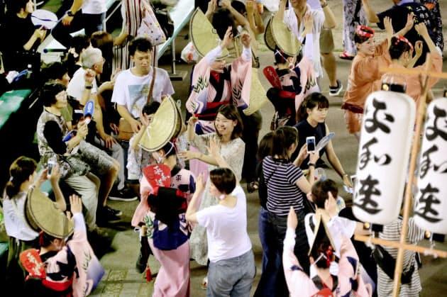 有料演舞場の新しい演出として、観客と踊り子が一緒に踊った(12日)