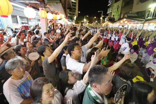 沿道の観客からは歓声が上がった(13日)