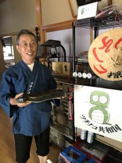 ツチノコについて語るツチノコ共和国の議長、野崎和生さん(奈良県下北山村)