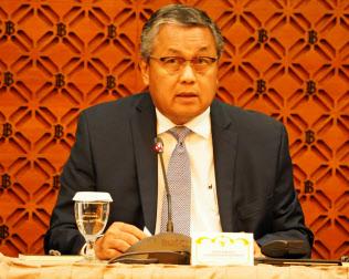 15日、記者会見するインドネシア中央銀行のペリー総裁