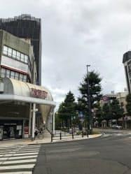 松山市中心部の花園町などの商店街は歩行者専用路が整備されている