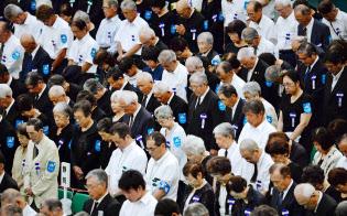 全国戦没者追悼式で黙とうする参列者(15日正午)