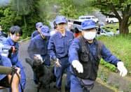 藤本理稀ちゃんの発見現場付近に向かう捜査員(15日午前、山口県周防大島町)=共同