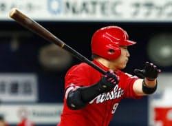 三回、丸が右中間に先制の二塁打を放つ(15日、京セラドーム)=共同