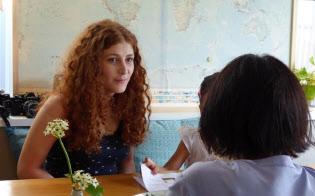 民泊施設に1カ月間滞在し、貸主の家族と交流するフランス人女性(左)(東京都内)