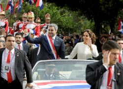 15日に就任した、パラグアイのベニテス大統領(左)(アスンシオン)=ロイター