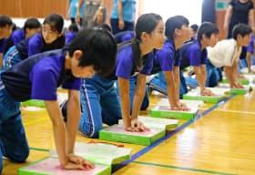 救命講習で心臓マッサージを訓練する児童ら(水戸市の吉沢小)