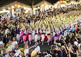 阿波おどりの団体が独自に行った総踊り(13日、徳島市)=共同