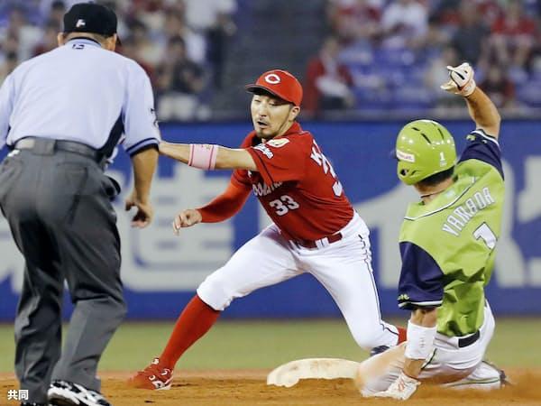 ヤクルト・山田哲(右)は盗塁成功率でも球界トップクラス=共同