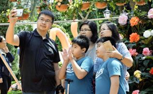 観光客でにぎわう、北朝鮮の金正恩朝鮮労働党委員長が訪れた植物園「ガーデンズ・バイ・ザ・ベイ」(13日、シンガポール)=共同