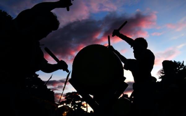 染まる夕雲の下で祇園太鼓が鳴り響き、人々の心を高ぶらせる