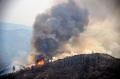 6日、米カリフォルニア州の山岳地帯の火事=AP