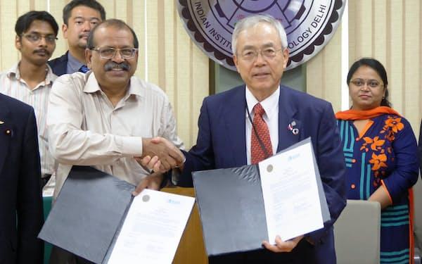インド工科大学デリー校と関心表明書を結んだ河野茂学長(右)(7月下旬、デリー市)